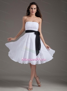 White Sash Empire Strapless Knee-length Dama Dress
