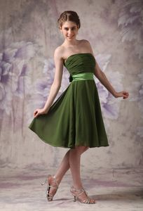 Olive Green Knee-length Chiffon Sweet 15 Dama Dress with a Sash