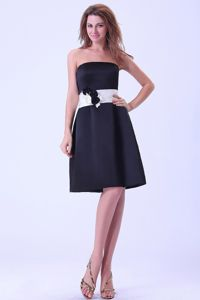 Black Knee-length Satin Dama Quinceanera Dress With a White Belt