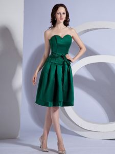 Sweetheart Dark Green A-line Knee-length Dama Dress with Bowknot