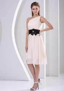 One Shoulder Champagne Dama Dress with Handmade Flower and Belt