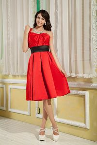 Red and Black One Shoulder Knee-length Dama Dress for Quinceaneras