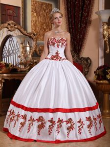 Chic Sweetheart Pleated White Sweet 15 Dresses with Red Appliques