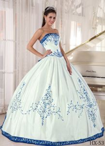 Exquisite White Sweet 15 Birthday Dress with Blue Embroidery
