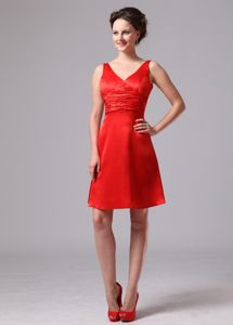 Red V-neck Knee-length Quinceanera Dama Dress with Pleat in Satin